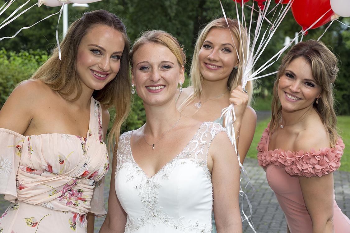 Braut mit drei Freundinnen