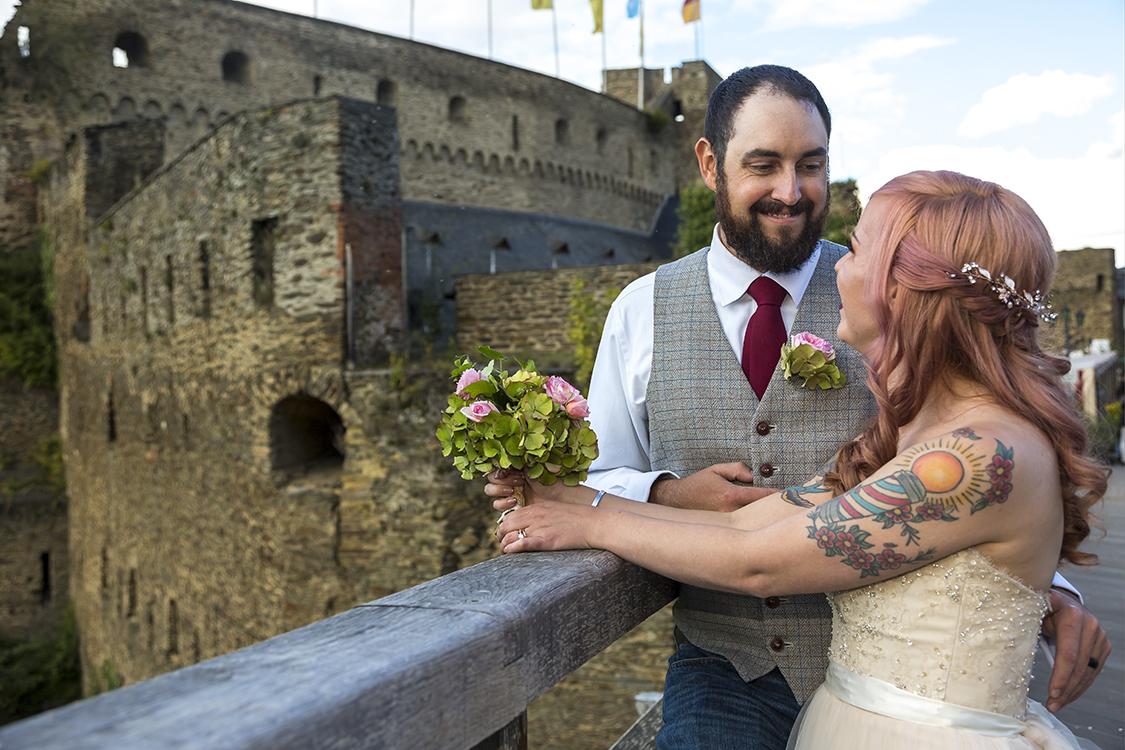 Braut und Bräutigamm schauen sich an