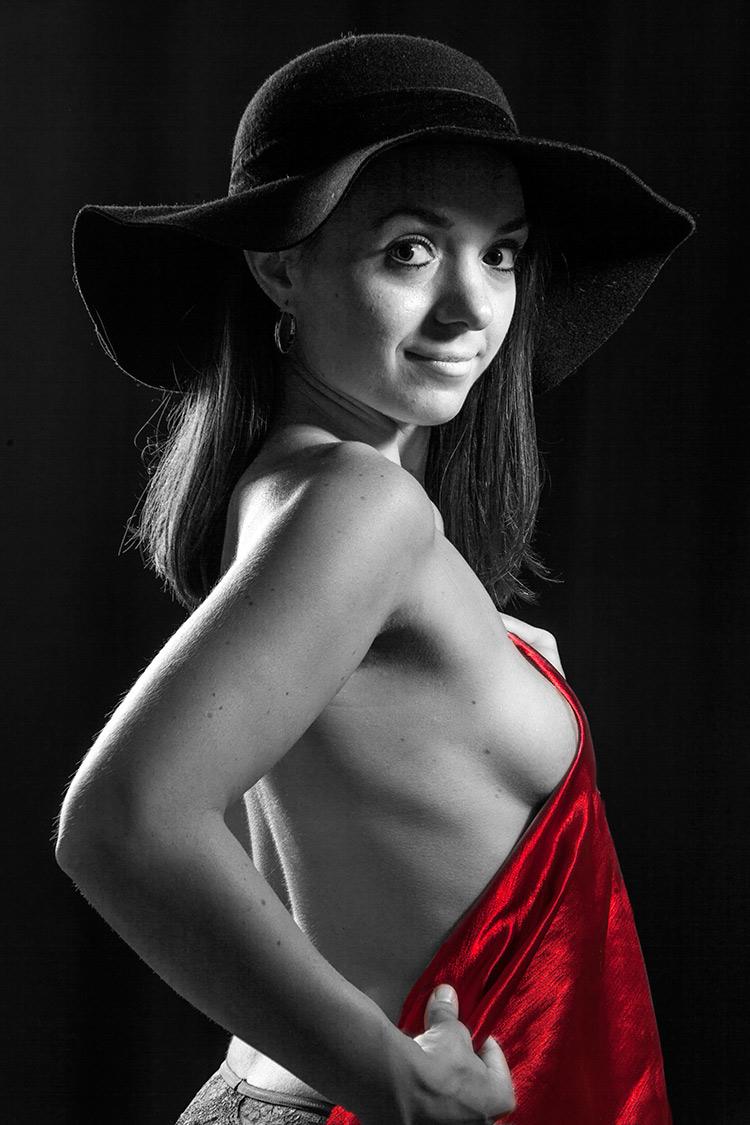 Frau mit Hut, Fotografin-erotisches-Fotoshooting-Akt-Freiburg-und-Basel