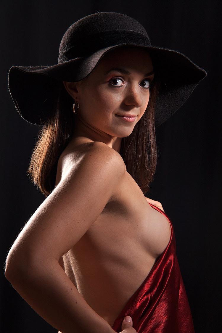 Frau-mit-Hut im Fotostudio