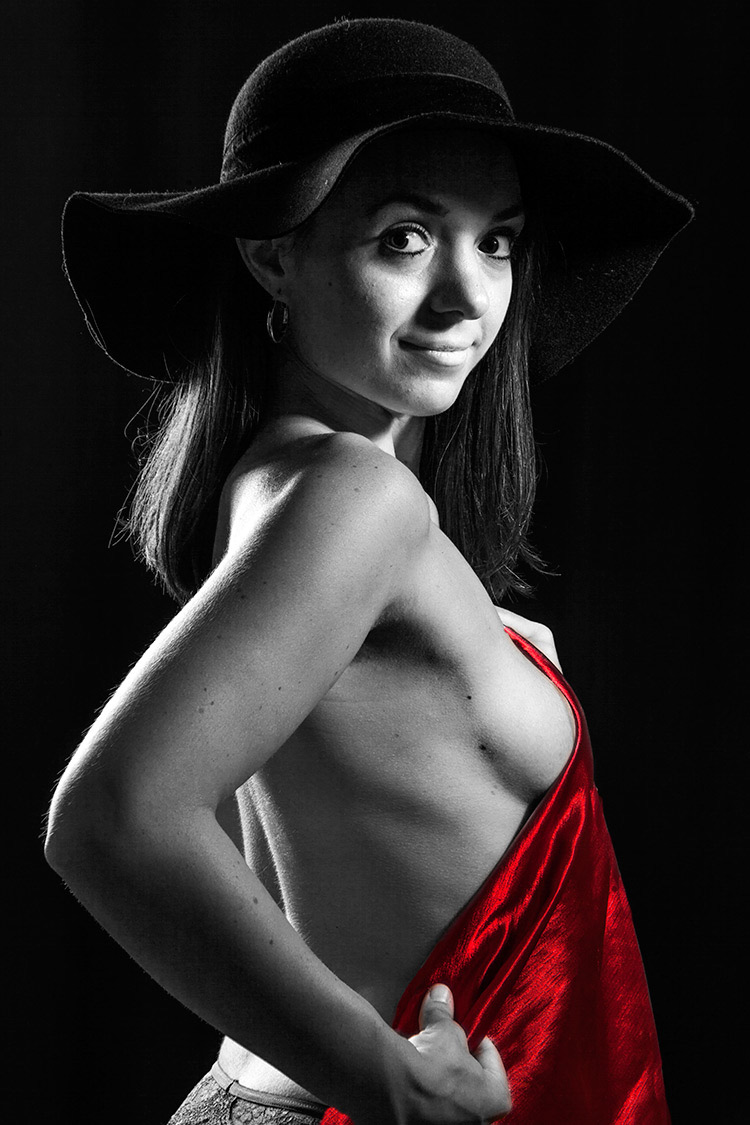 Frau mit großem Hut und rotem Tuch