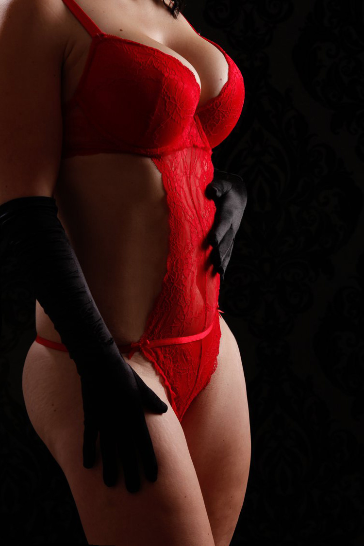 Die Frau im roten Body