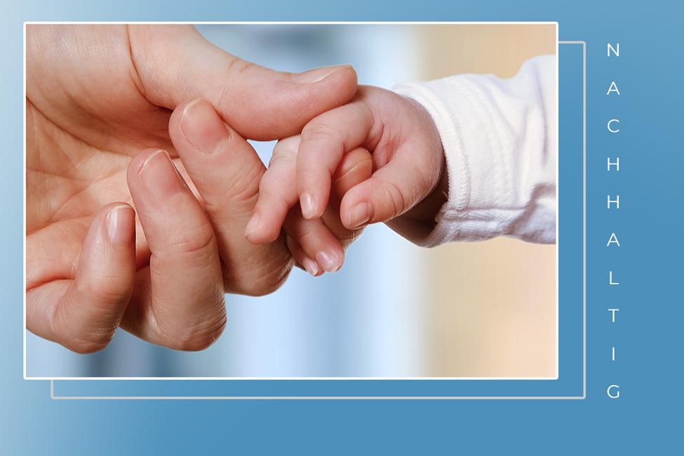 Dieses Foto symbilisiert nachhaltigkeit, indem sich ein Erwachsener und Baby die Hand reichen. Daneben steht das Wort: Nachhaltigkeit