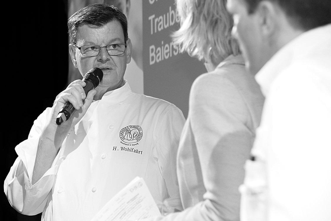 Der Sternekock Harald Wohlfahrt in Kommunikation mit Fernsehmoderatorin Barbara Hahlweg.