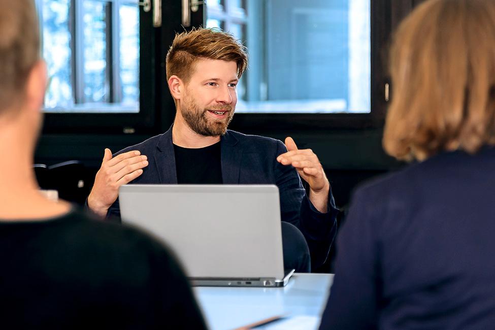 Fotoshooting für ein junges, modernes Startup im Meeting für Investoren-Essay