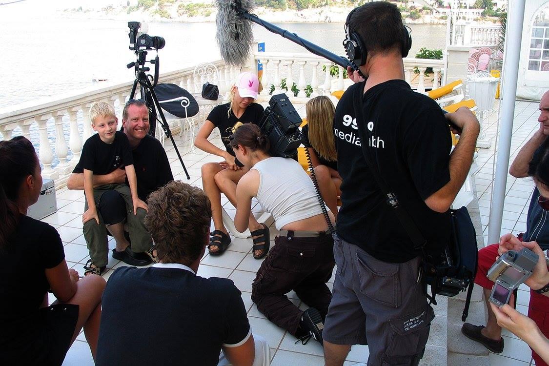 Ein Fernsehteam mit einer Kamera und einer Tonangel intervieven den Fotografenmeister Dieter Eidens-Holl, mit Sohn Dario auf dem Schoß.