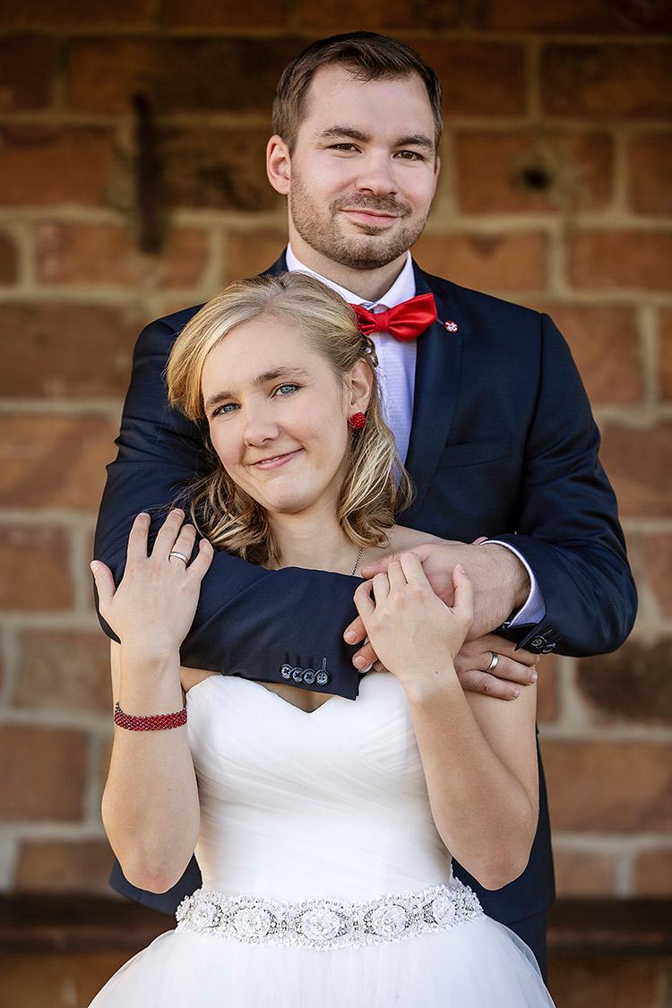 Fotograf Bingen, natürliches Brautpaarfoto vor Backstein-Fassade