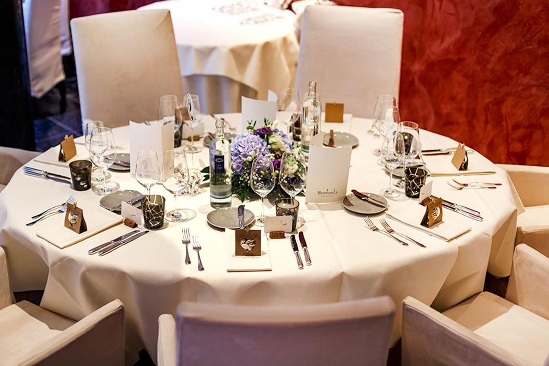 deckter Hochzeitstisch