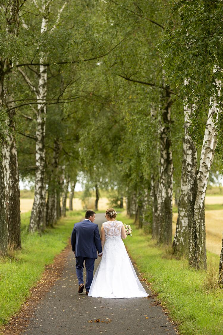 Hochzeit, Brautpaar von hinten